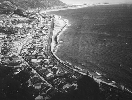 海に面した宿場が並ぶ由比の街並
